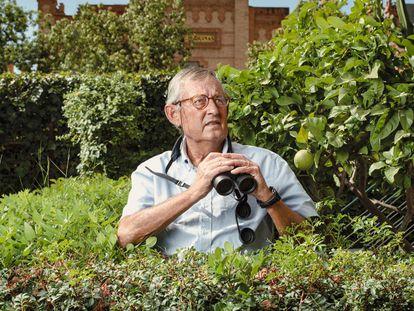 Miguel Delibes de Castro, en el jardín de su casa en Sevilla, con sus formidables prismáticos Leica.