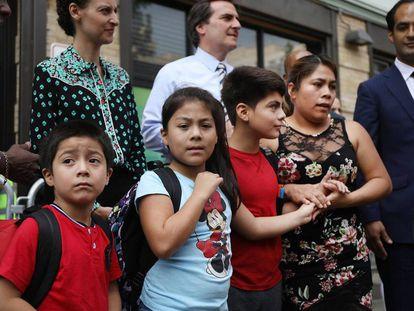 La guatemalteca Yeni Maricela Gonzalez Garcia, el pasado viernes en Nueva York, con sus tres hijos de los que fue separada en la frontera