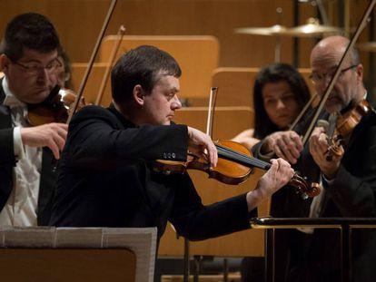 Frank Peter Zimmermann con un Stradivarius, en un concierto en el Auditorio Nacional de Madrid.