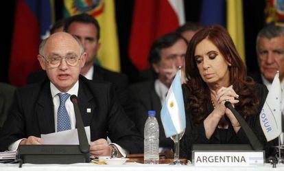Cristina Fernández y su ministro de Exteriores, Héctor Timerman, durante la cumbre de Mercosur celebrada en la ciudad argentina de Mendoza en 2012.