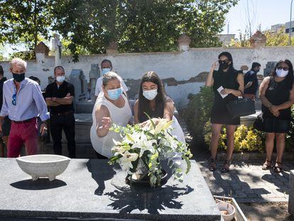 La familia de Ginés Ávila Hernández, fallecido el 15 de abril, entierra sus cenizas en el cementerio de Aravaca.