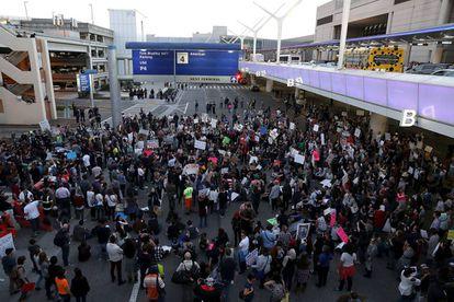 La manifestación contra Trump corta el tráfico en el aeropuerto de Los Ángeles, el domingo.