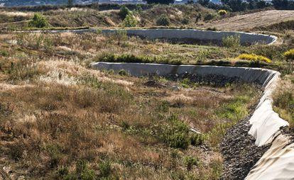 Estado actual del vertedero de Cruïlles, con una capa de tierra que cubre provisionalmente los residuos.