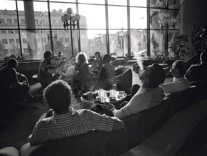 El refugio de los periodistas. Periodistas en el vestíbulo del Holiday Inn, donde se hospedó la prensa durante la guerra.