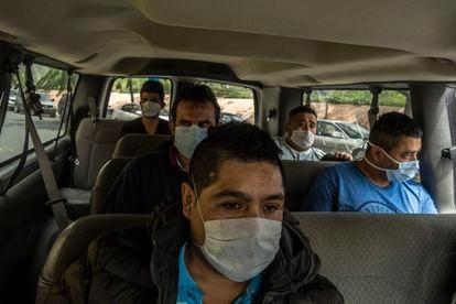 Mexicanos que han sido deportados viajan en una camioneta de migración en Reynosa, Tamaulipas.