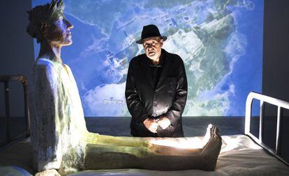 Reixa, en su muestra en Santiago, ante una escultura de Francisco Leiro, el pasado miércoles.