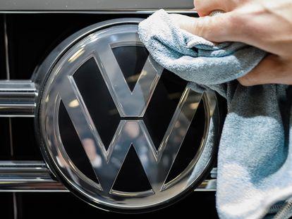 Una persona limpia un automóvil Volkswagen.