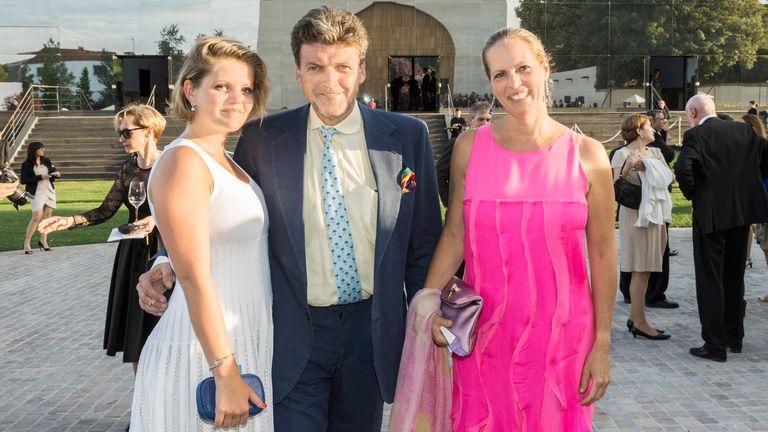 Benjamin de Rothschild con su esposa Ariane y, a la izquierda, la hija de ambos Noémie en Pauillac, Francia en 2013.