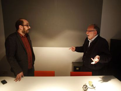 Borja Cobeaga (izquierda) y Luis Rodríguez Aizpeolea, el lunes por la tarde en Madrid.