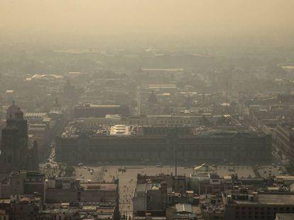 El zócalo de Ciudad de México bajo la mala calidad de aire.