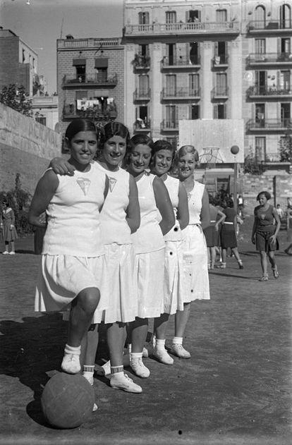 Encarna Hernández, con su equipo, el Atlas, en 1931. / RAQUEL BARRERA