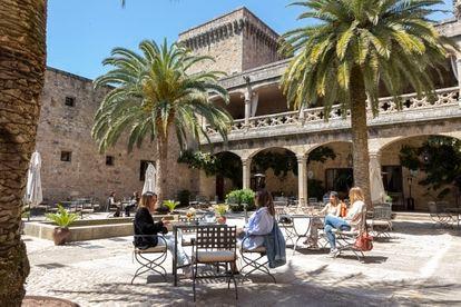 El patio de armas del parador recibe tanto a clientes hospedados como a visitantes de la zona y a turistas.