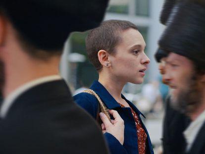 Shira Haas, en una escena de la miniserie 'Unorthodox'.