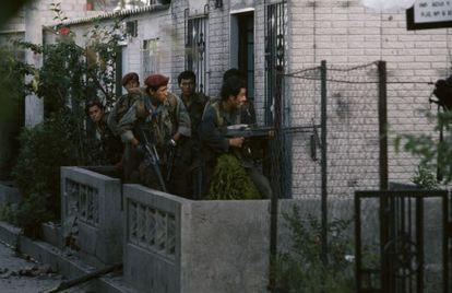 Guerrilleros del Frente Farabundo Martí de Liberación en un enfrentamiento con el Ejército, en San Salvador, en 1989.
