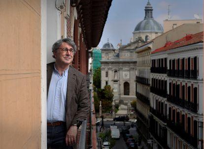 El escritor Andrés Trapiello se asoma al balcón de su casa en el centro de Madrid, el lunes.