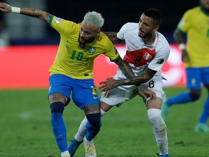 Neymar se enfrenta a  Sergio Peña, en el Brasil-Perú.