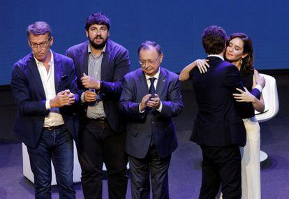 La presidenta de la Comunidad en Madrid, Isabel Díaz Ayuso, felicitó al líder del PP, Pablo Casado, en presencia de otros líderes regionales, Jesús Vivas de Ceuta, Fernando López Miras de Murcia y Alberto Núñez Feyoo de Galicia.