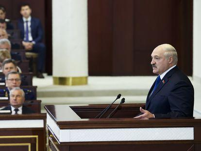 Aleksandr Lukashenko habla ante el Parlamento de Bielorrusia, este miércoles en Minsk.
