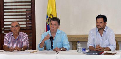 Juan Manuel Santos (centro), este lunes en Cartagena de Indias (Colombia) acompañado de Humberto De la Calle (izquierda), jefe del equipo negociador con las FARC, y su Comisionado para la Paz Sergio Jaramillo.