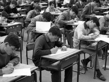 Jóvenes estudiantes se examinan de reválida de sexto de Bachillerato,1967.