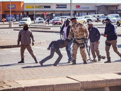 Arresto de saqueadores durante los disturbios en Vosloorus (un suburbio de Johanesburgo, en Sudáfrica) el pasado 13 de julio.