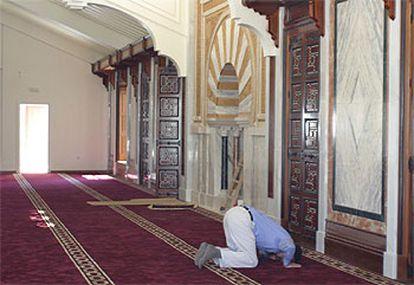 Un musulmán granadino reza en la nueva mezquita.