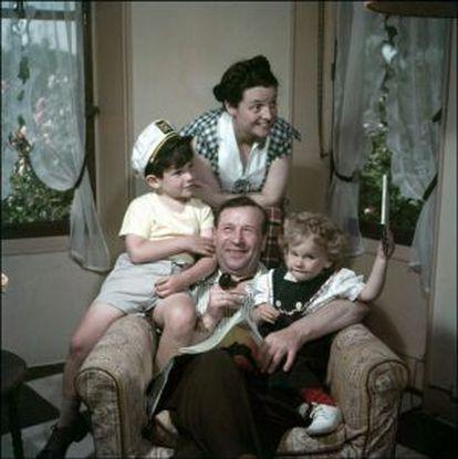 Georges Simenon, en una foto familiar de 1955, junto a su mujer y a sus hijos John (izquierda) y Marie.