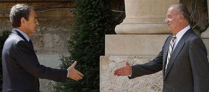 El presidente del Gobierno y el Rey, ayer en el palacio de Marivent antes del primero de los dos despachos que mantienen cada año en agosto.