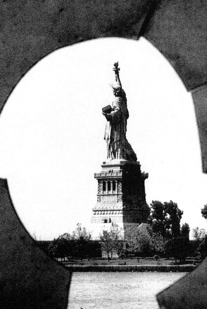 1976: la estatua de la Libertad vista a través de una ventana de un hospital en Ellis Island.