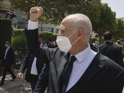 El presidente de Túnez, Kais Said, saludaba a ciudadanos por las calles de Túnez, el pasado 1 de agosto.
