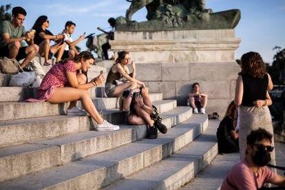 Ciudadanos sin mascarilla durante el primer día en el que no es obligado el uso de la mascarilla en exteriores desde el inicio de la pandemia.