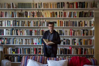 Javier Cercas, en su casa de Verges (Girona), donde se encuentra trabajando durante la pandemia.