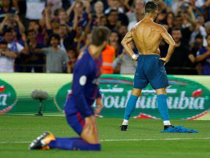 Piqué mira a Cristiano tras el gol del Real Madrid.
