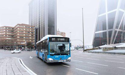Un autobús de la EMT pasa por el paseo de la Castellana.