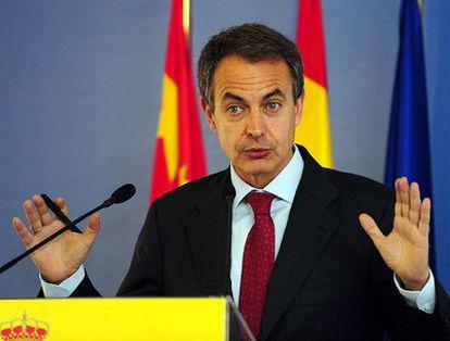 El presidente del Gobierno, José Luis Rodríguez Zapatero, durante la rueda de prensa en el Instituto Cervantes de PekínCervantes