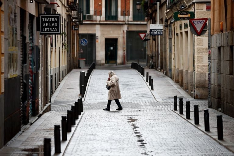 Una persona pasa este viernes por una calle vacía del centro de Madrid.