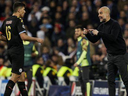 Guardiola da instrucciones a Rodrigo en el partido de Champions ante el Madrid.
