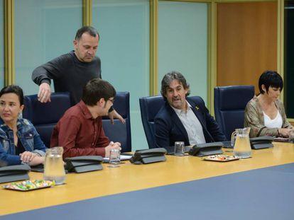 Representantes de Podemos y EH Bildu en la reunión, este jueves, de la Ponencia de Autogobierno,