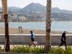 Malaga (España) 21/04/2021 Reportaje por la ciudad de Malaga por el aumento de poblacion en la provincia. En las fotografias, personas paseando y en bici por El Palmeral de las Sorpresas, personas paseando por el muelle y vista panoramica de la ciudad desde Gibralfaro.Foto: Garcia-Santos
