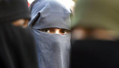Mujeres musulmanas protestan en La Haya por la prohibición del burka.