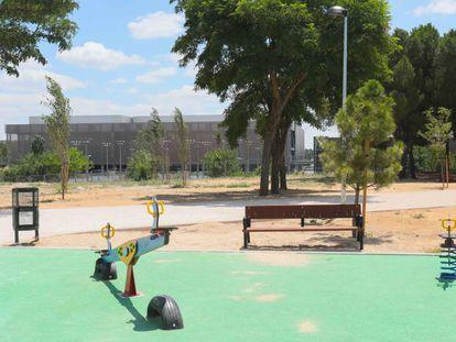 Una de las zonas infantiles creadas en el Parque Lineal del Manzanares. Al fondo, la Caja Mágica.