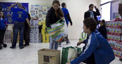 Local de Integración para la Vida durante el reparto de comida a familias necesitadas.