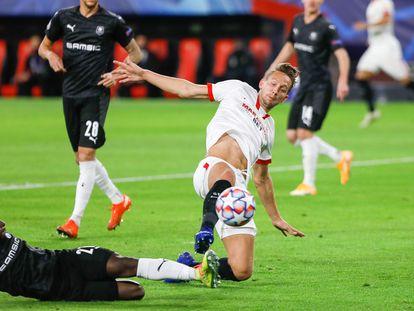 De Jong, autor del gol del Sevilla, pelea el balón con un rival.