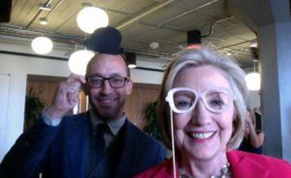 Dick Costolo (izquierda), consejero delegado de Twitter, y Hillary Clinton.
