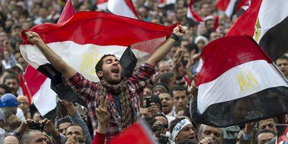 Manifestantes egipcios ondean la bandera del país en la plaza de la Liberación durante las protestas que acabaron con Hosni Mubarak.