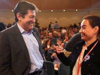 Javier Fernández junto a la secretaria general del PSOE madrileño, Sara Hernández.