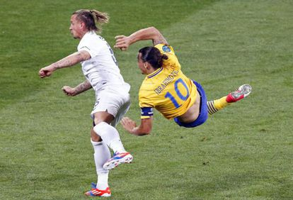 Ibrahimovic marca el 1-0 cerca de Philippe Mexes.