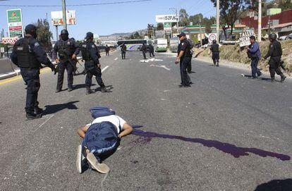 Uno de los dos muertos en el enfrentamiento entre estudiantes y policías en Chilpancingo, Guerrero (México).
