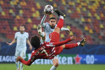 João Félix intenta un remate de chilena durante el Atlético-Chelsea correspondiente al partido de ida de los octavos de final de la Champions disputado en Bucarest. (Photo by Daniel MIHAILESCU / AFP)