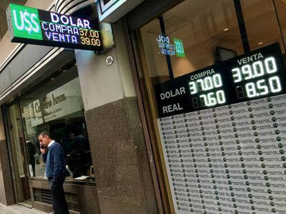 La pizarra de una casa de cambio de divisas en Buenos Aires muestra la cotización del dólar, el jueves.
